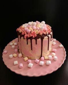 Drip cake de bizcocho de chocolate y buttercream de vainilla, cubierta de ganache de chocolate y nubes. Chocolate sponge drip cake with vanilla buttercream, covered with chocolate ganache and marshmallows.