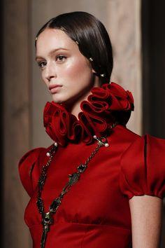 Valentino Fall 2016 Couture Fashion Show Renaissance Mode, Renaissance Fashion, Red Fashion, Fashion Details, Fashion Show, Lizzie Hearts, Valentino Couture, Fashion Designer, Couture Details