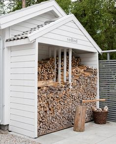 outdoor firewood rack - Check out these super easy DIY outdoor firewood racks. You can store your wood clean and dry and it allows you to buy wood in bulk saving you money. Outdoor Firewood Rack, Firewood Shed, Firewood Storage, Outdoor Storage, Shed Construction, Patio Pergola, Storage Shed Plans, Diy Storage, Storage Ideas