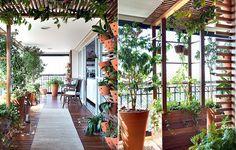 Um lugar para expor orquídeas foi a única exigência da moradora. A paisagista Paula Galbi resolveu ir além do pedido ao resgatar um item comum em jardins, mas dificilmente visto em varandas: a pérgola. Sua base foi recheada com heras