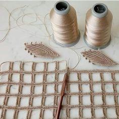 Ravelry: Jasmine Stitch No. 6 petals with puffs in the round pattern by Sara Palacios Filet Crochet, Crochet Doily Rug, Crochet Cushions, Irish Crochet, Diy Crochet, Crochet Stitches, Crochet Leaf Patterns, Crochet Leaves, Crochet Flowers