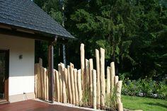 Holznuance Sichtschutz aus gebürsteten Robinestämmen
