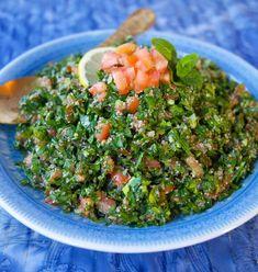 Tabouli är en underbar sallad med sitt ursprung från Libanon. Full med persilja, tomat citron och bulgur. Fräsch och syrlig sallad som är en riktig smakförhöjare till de flesta maträtter! Raw Food Recipes, Wine Recipes, Vegetarian Recipes, Healthy Recipes, Healthy Food, Fresco, Food For The Gods, Zeina, Food Goals