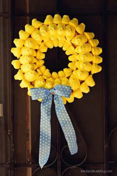 I hate the way Peeps taste, but this makes a cute wreath for Easter. Peep Wreath Tutorial from Tried & True Easter Crafts, Holiday Crafts, Holiday Fun, Holiday Ideas, Family Crafts, Crafts For Kids, Diy Crafts, Decor Crafts, Easter Peeps