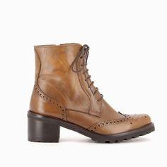 BECKY : Avec son large talon en bois recouvert de lamelles de cuir, vous serez confortablement installée tout au long de la journée. Les détails du bottillon qui révèlent le savoir faire du bottier Muratti : le bout fleuri, les piqûres anglaises et la trépointe en cuir piqué. #boots #bottines #talons #heels #cuir #fashion #fashionista #shoes #shoeslover #shoesaddict #murattiparis #murattifashion #newcollection #ah2016 http://www.muratti-paris.com