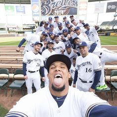 We may be a little biased, but we think THIS is the best photo ever, @TheEllenShow. Find out how #Brewers Team Photo Day lead to #BrewersTea...