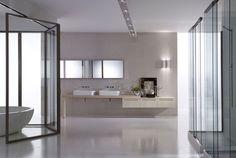 Zeer ruim opgezette badkamer met enorm veel lichtinval #badkamer #licht #badkamermeubel #ontspannen #ligbad #ruimte