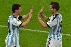 Messi y Gago en el debut de la selección Argentina en Rio de Janeiro frente a Bosnia