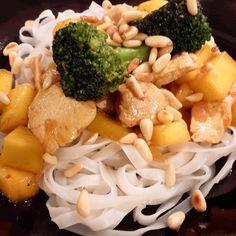 Zutaten: 2 Hühnerbrüste 1 kleine Zwiebel 1/2 Mango 1 Hand voll Brokkoli 1/2 Packung Pinienkerne 1/2 Packung Reisnudeln Paprikapulver Salz Chilipulver 1 Schuss Kokosmilch (#alpro) Öl Zubereitung: Ge...