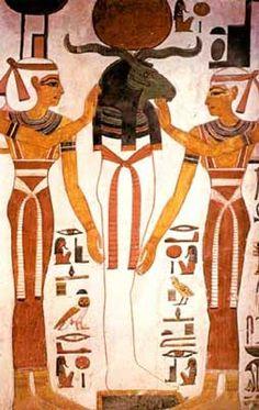Neftis e Isis con vestidos-funda y ricos ceñidores.