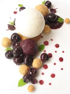 Deconstructed Blueberry Pie: love how this almost looks like the make up of a molecule | #moleculargastronomy