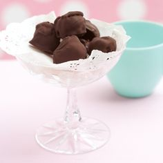 Chocolate ice-cream kisses - Easy to make! Cold Desserts, Frozen Desserts, Frozen Treats, Chocolate Desserts, Dessert Places, My Dessert, Ice Cream Pops, Chocolate Ice Cream, Creative Food