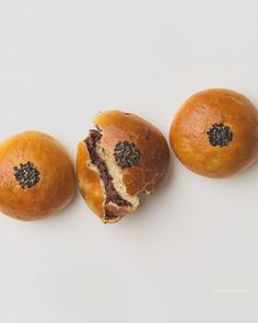 The combination between the soft and fluffy Japanese bread with the sweetened adzuki beans creates an inviting dessert or snack that is neither too heavy nor too sweet! Vegan Buns Recipe, Red Bean Bun Recipe, Milk Bread Recipe, Hokkaido Milk Bread, Korean Rice Cake, Japanese Bread, Red Bean Paste, Bingsu, No Rise Bread