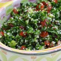 De oorsprong van tabbouleh ligt in de Libanese keuken het is een salade die gemaakt wordt met bulgur, peterselie, munt, tomaat, uien, sjalot, olijfolie, citroensap, peper, zout en kaneel. Hier volgen een paar recepten. Omdat dit onder veel van onze...