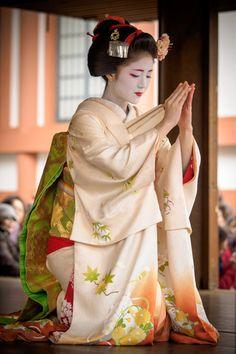 Setsubun 2016: maiko Katsuna performing at Kitano Tenmangu shrine (source).