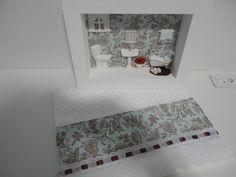 Quadro para lavabo, com fundo em tecido,flores secas,tapete de crochê e toalha para lavabo com o mesmo tecido do quadro.