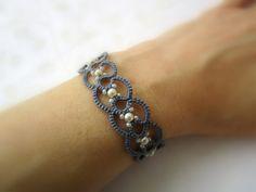 Bracelet dentelle gris perle   frivolitè   bracelet perles chose   fabriqué en Italie   bijoux dentelle   bijoux de fibre par Ilfilochiaro sur Etsy https://www.etsy.com/fr/listing/211127292/bracelet-dentelle-gris-perle-o-frivolite