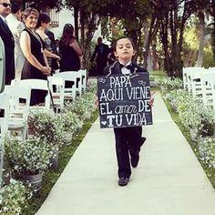 Entrada de la novia con cartel indicando la llegada de la novia - papa aqui viene el amor de tu vida - En la entrada de la novia, queda muy bien que un niño entre con un cartel muy divertido indicando la entrada de la novia.