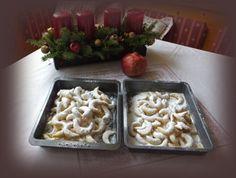 Rozdrob 11 dkg dobrého čerstvého másla ve 14 dkg mouky, přidej 6 dkg vanilkového cukru, 6 dkg strouhaných loup...