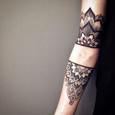 70 Mandala Tattoos: The Best Photos! ❖❖❖ ❖❖❖ THE mandala has origin in the Sanskrit language that means circumference, fullness. It is a mystical diagram internally connected by repeating geometr. Arm Tattoo, Cuff Tattoo, Snake Tattoo, Body Art Tattoos, Tatoos, Tattoos Mandalas, Mandala Tattoo, Mandala Sleeve, Mandalas Painting
