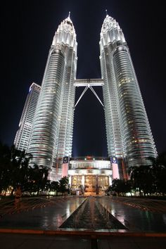Petronas Twin Towers in Kuala Lumpur, Malaysia Beautiful Places To Visit, Great Places, Places To Go, Unusual Buildings, Amazing Buildings, Places Around The World, Around The Worlds, Photographie New York, Kuala Lampur