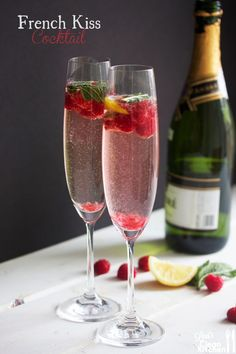 Light French Kiss Cocktail - This recipe would go perfect for any party. If you are looking for a signature wedding drink this is it! Champagne Cocktail, Cocktail Drinks, Cocktail Recipes, Vodka Recipes, Drinks With Champagne, Drink Recipes, Sparkling Wine Glasses, Champagne Punch Recipes, Rose Champagne