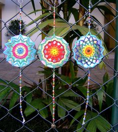 Mandala de crochet em CD reciclado by ColoridoEcletico - por Cristina Vasconcellos, via Flickr