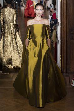 The complete Valentino Fall 2018 Couture fashion show now on Vogue Runway. Valentino Couture, Valentino Paris, Valentino Boots, Collection Couture, Fashion Show Collection, Winter Collection, Vestidos Fashion, Fashion Dresses, Fashion Week