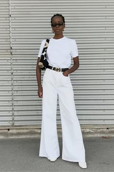 Black belt + white pants: the duo is practical and not obvious - Guita Moda. Look total white, white Cool Summer Outfits, Simple Outfits, Black Women Fashion, White Fashion, Fall Fashion Trends, Autumn Fashion, Pinterest Mode, Look Street Style, All White Outfit