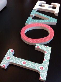 Os gustan los DIY? A mi me encantan!   Hoy os presento uno muy fácil de hacer:                  Con unas letras de madera en blanco y u...