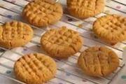 APPELKOOSKOEKIES   8 x 250ml koekmeel Knippie sout 500g botter of margarine 4 x 250ml suiker 250ml appelkooskonfyt 15ml koeksoda 4 eiers, geklits ...