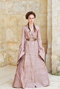 Game-of-Thrones_Sophie-Turner-pink-dress-full_Image-credit-HBO.jpg (539×800)