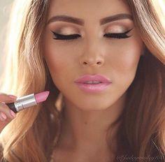 Spectacular Eyeliner. Pink Lip, Sand Beige eye