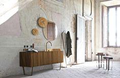 mobile bagno in rovere termocotto, onice brown e ottone brunito