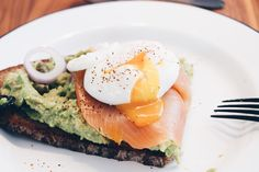 The Perfect Poached Egg Poched Eggs, Perfect Poached Eggs, Avocado Toast, Tasty, Breakfast, Food, Egg Benedict, Brunch Ideas, Meal