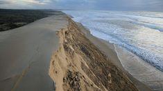 En France, plus de 1.700 kilomètres de côtes sont impactés par l'érosion marine. Le phénomène est particulièrement marqué sur la pointe sud de l'île d'Oléron. L'érosion n'est pas liée au réchauffement climatique mais elle pourrait être aggravée par l'élévation du niveau de la mer. Europe, Le Point, Coastal, France, Beach, Water, Articles, Outdoor, Global Warming