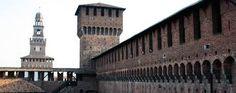 La Torre del Filarete, che introduce al cortile principale, rende inconfondibile il Castello Visconteo di Milano e rappresenta un piccolo capolavoro per l'ingegneria difensiva.