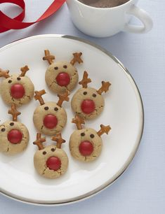 Candy coated chocolate, pretzels, and chocolate chips turn these peanut butter cookies into Santa's reindeer. Kids love them!I would use sugar cookies instead of peanut butter Christmas Sweets, Christmas Cooking, Noel Christmas, Christmas Goodies, Reindeer Christmas, Reindeer Food, Christmas Gingerbread, Christmas Parties, Christmas Countdown