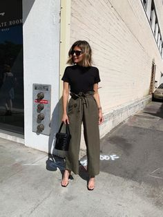 A Simple & Chic Look for Busy Days - The Girl from Panama Source by allenamistral chic outfits Casual Chic Outfits, Business Casual Outfits For Women, Professional Outfits, Work Casual, Casual Summer, Casual Outfits Summer Classy, Chic Business Casual, Summer Business Casual Outfits, Casual Ootd