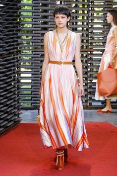 Roksanda Spring 2019 Ready-to-Wear Fashion Show Collection: See the complete Roksanda Spring 2019 Ready-to-Wear collection. Look 26 Vogue Fashion, Runway Fashion, Fashion Outfits, Nice Outfits, London Fashion, Fashion Ideas, Together Fashion, Roksanda, Orange Dress