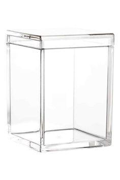 Pojemnik do przechowywania: Mały, plastikowy pojemnik do przechowywania z pokrywką. Wymiary 6,5x6,5x9 cm.