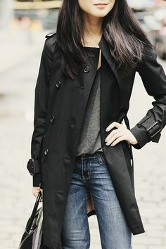 Jeans, grey t-shirt, black trench coat, outfit. How to wear my black trench coat Estilo Fashion, Fashion Mode, Look Fashion, Womens Fashion, Sporty Fashion, Ski Fashion, Fashion Stores, Fashion Black, Lolita Fashion