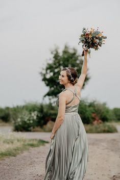 Was eine wunderschöne und entspannte Hochzeit im Deidesheimer Paradiesgarten. Habt ihr schon mal so stylische Hunde gesehen? Da muss man ja aufpassen, dass sie dem Brautpaar nicht die Show stehlen. #hochzeitsfotograf #hochzeitsreportage #hochzeit2021 #hochzeitsplanung2022 #destinationwedding #brautpaarshooting #afterweddingshooting #brautkleid #hochzeitskleid #thetruebride#weddingreels Top Wedding Trends, Boho, Neue Trends, Wedding Accessories, Bridesmaid Gifts, Wedding Ceremony, Wedding Decorations, Groom, Wedding Inspiration