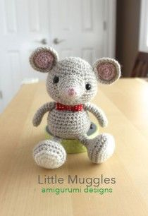 A free crochet pattern of a baby mouse. Do you also want to crochet this baby mouse? Read more about the Free Crochet Pattern Baby Mouse. Crochet Mouse, Crochet Amigurumi, Crochet Gifts, Cute Crochet, Amigurumi Doll, Crochet For Kids, Crochet Dolls, Simple Crochet, Crochet Art