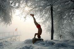 Ajuns la venerabila vârstă de 77 de ani, Gao Yinyu face gimnastică la -25 de grade Celsius. Declară ca rar se intamplă să răcească. În acelaşi timp, soldaţii sud coreeni, alături de colegii lor americani, işi testează limitele la temperaturi extreme împroşcându-se cu zăpadă. Iar dacă locuitorii New York-ului şi-au scos săniile pentru a se da cu ele pe zăpadă, în Beijing zeci de oameni le folosesc pentru a le împinge cu două beţe pe lacul Houhai. Iarna e plină de provocări în orice colţ de…