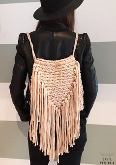 DIY mochila de flecos de trapillo. Patrón en www.santaoazienzia.com