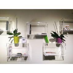 Cubo in plexiglass trasparente componibile per libreria. Mensole modulari a cubo in #plexiglass #mensole #cubo #shopping #online #arredo #interiordesign #arredamento #libreria #metacrilato #trasparente