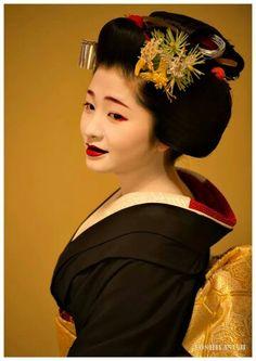 Maiko Satsuki Beautiful Japanese Girl, Japanese Beauty, Beautiful Women, Geisha Art, Memoirs Of A Geisha, Japanese Hairstyle, Japan Photo, Japan Art, Cosplay Outfits