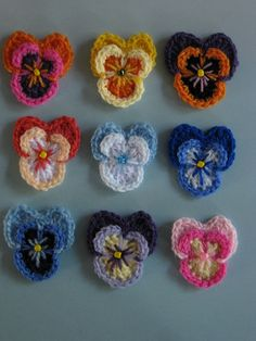More Beautiful and Free Crochet Flower Patterns crochet pansies, free patterncrochet pansies, free pattern Appliques Au Crochet, Crochet Motifs, Crochet Flower Patterns, Crochet Stitches, Knitting Patterns, Pattern Flower, Crochet Crafts, Crochet Yarn, Yarn Crafts