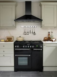 17 Excellent Range Cookers With Warming Zone Range Cooker In Small Kitchen Cream Kitchen Cabinets, Shaker Kitchen, New Kitchen, Kitchen Dining, Kitchen Utensils, Shaker Cabinets, Kitchen Rack, Kitchen Hoods, Boho Kitchen
